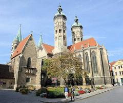 Blick über den Domplatz zum Naumburger Sankt Peter und Paul. die Kathedrale aus der ersten Hälfte des 13. Jahrhunderts gehört zu den bedeutendsten Bauwerken der Spätromanik in Sachsen-Anhalt.