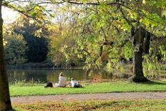 Herbstszene am großen Parkteich im Schlosspark von Gotha.