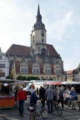 Marktgeschehen auf dem Wochenmarkt / Marktplatz von Naumburg - Blick zur Sankt Wenzel Kirche, die ab 1426  erbaut wurde.