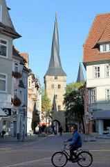 Blick zum Westerturm in Duderstadt; Teil der mittelalterlichen Stadtbefestigung.  Aufgrund eines Konstruktionsfehlers des Dachstuhls hat der Turm eine gedrehte Spitze; wiederaufgebaut 1506.