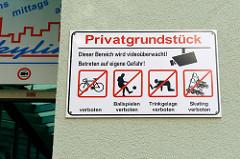 Warnschild / Verbotsschild an einer Hauswand in der Altstadt von Eisenach; unter anderem sind Trinkgelage verboten.