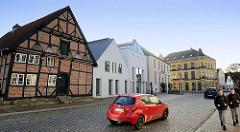 Gebäude in der Lübecker Straße von Bad Segeberg, re. die Neubauten der Stadtverwaltung  - links das historische Fachwerkgebäude, in dem das Segeberger Museum seinen Sitz hat .