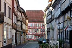 Blick durch die Apothekenstraße in die Steinstraße in der Altstadt von Duderstadt - am Ende steht das historische Wohnhaus / Geschäftshaus / Wankesches Haus.