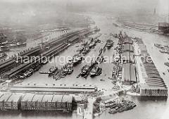 Frachter liegen an den Dalben in der Mitte des Hafenbeckens vom Segelschiffhafen; lks. der Amerika Kai und rechts der Asia Kai. Daneben ein Ausschnitt vom Moldau Hafen mit Lagerschuppen am Meiniker Ufer.