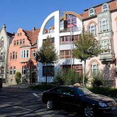 Sehenswerte Architektur in Mühlhausen, mehrstöckige Wohnhäuser in unterschiedlichem Baustil - moderne und historische Hausfassade / alt + neu.
