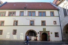 Historisches Rathaus der Stadt Mühlhausen, jetzt Standesamt. Inschrift über Gott vertrauet der hat wohl gebaut, 1596.