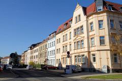Zweistöckige Wohnblocks / Wohnhäuser hinter der Harwand von Mühlhausen.