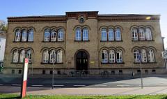 Historische Schularchitektur mit gelber Klinkerfassade - Schulgebäude vom Ernst-Abbe-Gymnasium am Theaterplatz in Eisenach.