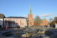 Marktplatz von Bad Segeberg - rechts die Marienkirche, lks. das ehemalige Kantorhaus; im Vordergrund der Marktbrunnen.