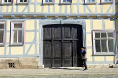 Toreinfahrt mit großer Holztür, Türkassetten mit Schnitzereien; altes Fachwerkhaus in der Kilianistraße von Mühlheim.