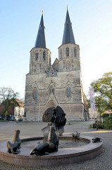 Schützenbrunnen vor der  römisch-katholische Basilika St. Cyriakus / Probsteikirche in Duderstadt.