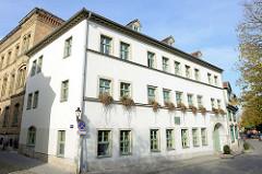 Historisches Gebäude der Salztorschule in Naumburg - an der Fassade eine Gedenktafel an den König Gustav Adolf, der die letzten Tage vor seinem Heldentode1632  in dem Gebäude wohnte.