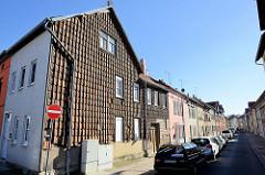 Wohnhäuser in der Grünstraße von Mülhausen, Hausfassaden teilweise mit Ziegeln verkleidet.