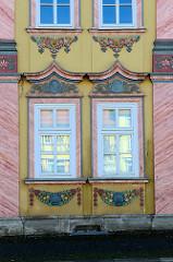 Architektur in Mühlhausen/Thüringen am Untermarkt - farbiger Fassadenstuck mit Blütenwerk, Akanthus und Muscheln