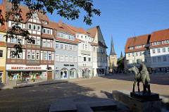 Markt-Platz an der Servatiuskirche / Marktstraße von Duderstadt - im Hintergrund der Westerturm, Stadttor der ehem. Stadtbefestigung.