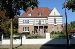 Expressionistische Villa Ziegelfassade und Ziegelbändern auf weißem Grund; Architektur in Mühlhausen/Johannisstraße.