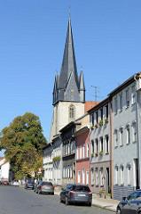 Blick durch die Waidstraße zum Kirchturm der römisch-katholischen Pfarrkirche Sankt Josef, erbaut 1905 nach Plänen des  Paderborner Diözesanbaumeisters Arnold Güldenpfennig.