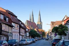 Blick durch die Obertorstraße zur römisch-katholische Basilika St. Cyriakus / Probsteikirche in Duderstadt.