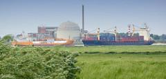 Blick über das Elbvorland an der Hetlinger Schanze - Schiffsverkehr auf der Elbe, im Hintergrund das stillgelegte Kernkraftwerk Stade.