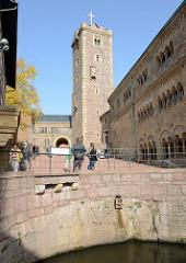 Hauptturm der Wartburg / Bergfried mit dem vergoldeten Kreuz; im Vordergrund die Zisterne.
