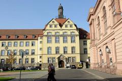 Blick über den Theaterplatz in Eisenach zum Gebäude vom Amtsgericht der Stadt mit dem hohen Uhrenturm auf dem Dach.