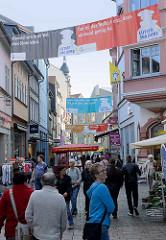 Blick in die Fußgängerzone Karlstraße in der Altstadt von Eisenach; Transparente mit Luther Zitaten: niemand kann in der Welt ohne Sünde leben + Das ist der Teufel in uns, dass niemand genug hat.