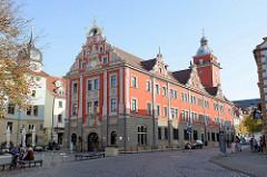 Blick auf das historische Rathaus in Gotha, erbaut 1574 als Kaufhaus für die Tuch- und Getreidehändler.