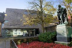 Moderner Anbau von Bachhaus in Eisenach, Berthold H. Penkhues  -  2007. Rechts das Bachdenkmal, Einweihung 1884 - Bildhauer  Adolf von Donndorf.
