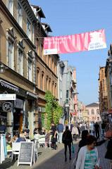 Fußgängerzone in der Altstadt von Eisenach, Cafés und kleine Geschäfte in der Querstraße.