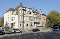 Mehrstöckige Wohnblocks in der Architektur des Jugendstils, Erkerturm mit geschwungenem Eisenzaun an der Wartburgallee von Eisenach.