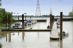 Sportboothafen vom Wassersportverein Hetlingen - im Hintergrund die Elbe und ein Freileitungsmast am anderen Elbufer.