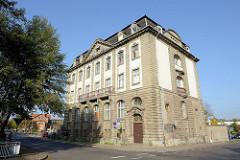Ehemaliges Gebäude der Reichsbank in Eisenach, Karl-Marx-Straße; erbaut 1905. Nutzung bis 1945, danach die Kreisleitung der SED - ab den 1990er Jahren Nutzung als Geschäftshaus; seit 2014 steht das historische Gebäude leer.