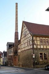 Fachwerkgebäude / historische Gewerbearchitektur mit hohem Schornstein in der Herrenstraße von Mühlhausen/Thüringen.