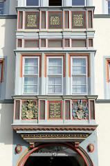 Historische Architektur in der Jakobsstraße von Naumburg; Erker mit Wappen-Schnitzerei und Inschrift: in diesem Hause wohnten z.B. 1823 Johann Wolfgang von Goethe.