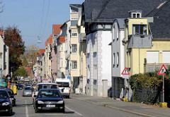Straßenverkehr in Weimar - mehrstöckige Wohnhäuser.