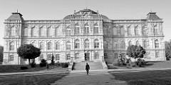 Schwarzweiß Aufnahme vom Herzoglichen Museum Gotha; Baustil der Neorenaissance, eröffnet 1879 - Architekt  Baurat  Franz von Neumann der Ältere.