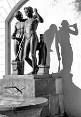 Schwarzweiß Aufnahme vom Ildefonso-Brunnen in Weimar; das Original stammt aus dem 1. Jahrhundert nach Christus und befindet sich heute im Prado von Madrid.