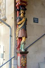 Eingang / Eingangstreppe von historischen Rathaus von Duderstadt; lebensgroße geschnitzte Figuren die die Überdachung des  Aufgangs tragen.