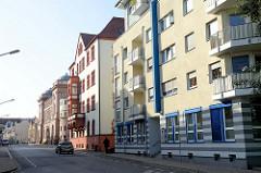 Moderne und historische Wohnhäuser in der Clemdastraße von Eisenach - im Hintergrund das Gebäude des Landestheaters