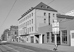 Schwarz-weiß Fotografie vom Kulturhaus / Theater der Stadt Gotha am Ekhofplatz.