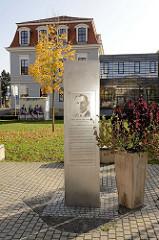 """Josef Ritter von Gadolla Denkmal am Ekhofplatz in Gotha. Als """"Kampfkommandant"""" von Gotha in Thüringen sorgte Gadolla am Ende des Zweiten Weltkriegs dafür, dass die Stadt vor umfangreichen Zerstörungen bewahrt blieb."""
