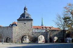 Historische Stadtmauer mit Stadttor von Mühlhausen/Thüringen; mittelalterliche Stadtbefestigung mit einer ursprünglichen Länge von 2,8 km; Frauentor genannt nach der Marienkirche = Frauenkirche.
