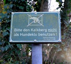 Hinweisschild vom Bürgermeister der Stadt Bad Segeberg: Bitte den Kalkberg nicht als Hundeklo benutzen!