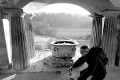 """Blick vom römischen Haus in Weimar am Rande des Parks an Ilm auf den Lauf des Flusses. das römische Haus gehört seit 1998 als Teil des Ensembles """"Klassisches Weimar"""" zum UNESCO-Weltkulturerbe."""