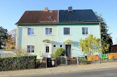 Doppelhaus mit unterschiedlich gestalteter Fassade und  Vorgarten - Bodelschwinghstraße in Oberweimar.