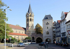 Blick über den Karlsplatz in Eisenach zum historischen Nikolaitor, dem einzigen erhaltenen mittelalterlichen Stadttor. Links der Kirchturm der Nikolaikirche.