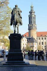 Platz der Demokratie in Weimar, Carl August Denkmal - eingeweiht 1875, Bildhauer Adolf von Donndorf. Im Hintergrund der Schlossturm mit barocken Aufsatz von Weimar Stadtschloss und die Bastille.