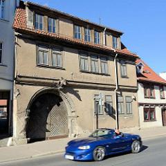 Ehemaligen Gasthof roter Hirsch in der Wanfrieder Straße von Mühlhausen/Thüringen - Sportwagen/Cabriolet in rasanter Fahrt vor dem historischen Gebäude.