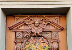 Holztür mit geflügeltem Engelskopf - historische Architektur in Duderstadt.