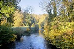 Lauf der Ilm im Goethepark von Weimar; der 58 Hektar große Landschaftspark entstand  in der Zeit von 1778 bis 1828.